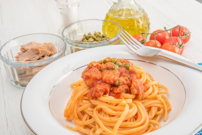 Espaguetes com molho e alcaparras do atum imagem de stock