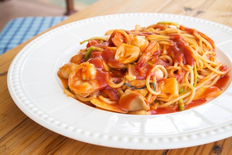 Espaguetes com molho e camarão vermelhos na placa branca imagens de stock royalty free