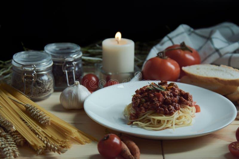 Espaguetes com molho vermelho no disco que coloca junto com muitas receitas foto de stock