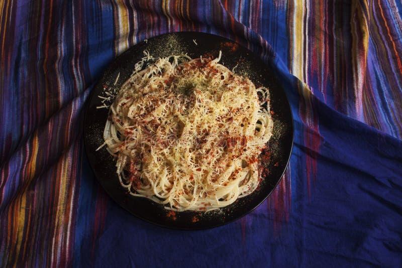 Espaguetes com queijo, paprika e os tomates secados imagem de stock royalty free
