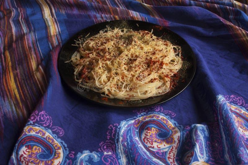 Espaguetes com queijo, paprika, manjericão e os tomates sol-secados foto de stock