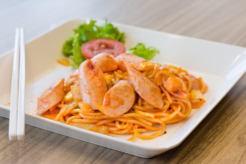 Espaguetes com a salsicha nas mesas de madeira imagens de stock