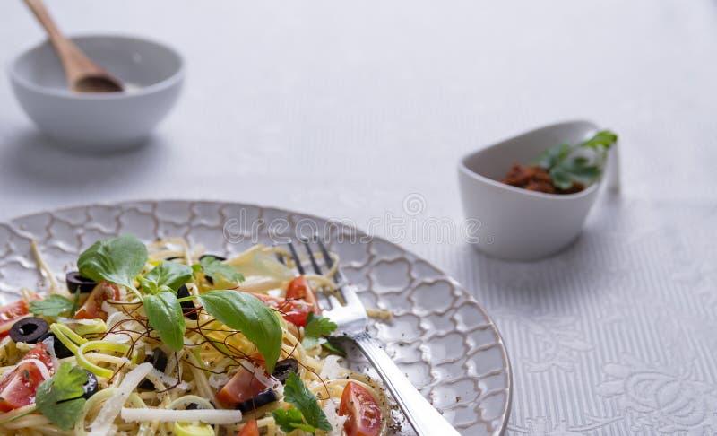 Espaguetes com tomates, azeitonas e as ervas frescas fotografia de stock royalty free