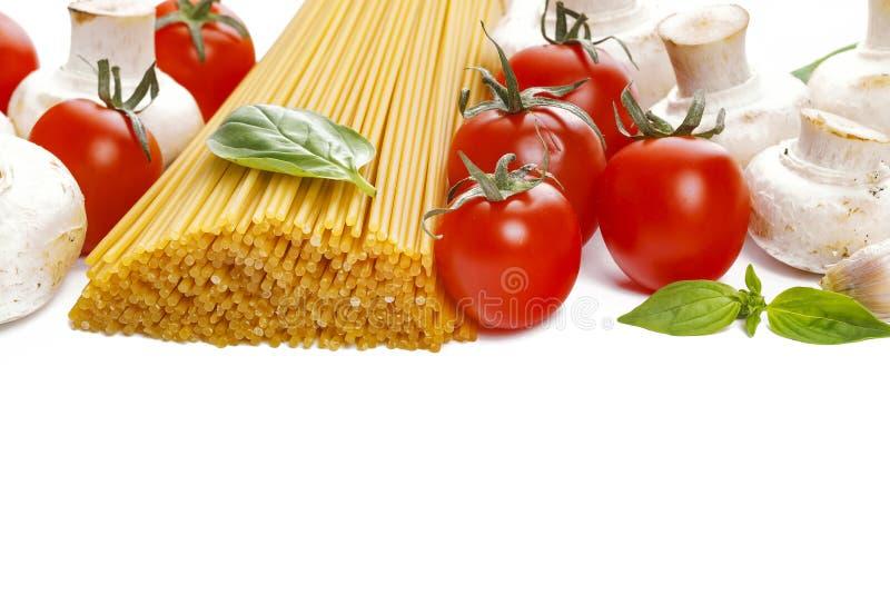 Espaguetes com tomates de cereja, cogumelos, manjericão e alho Alimento italiano tradicional imagens de stock royalty free