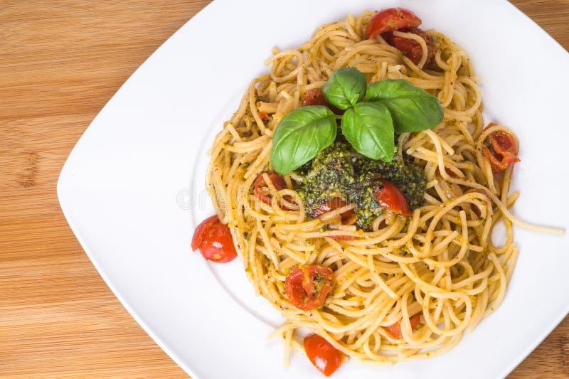 Espaguetes com tomates de cereja e pesto imagem de stock
