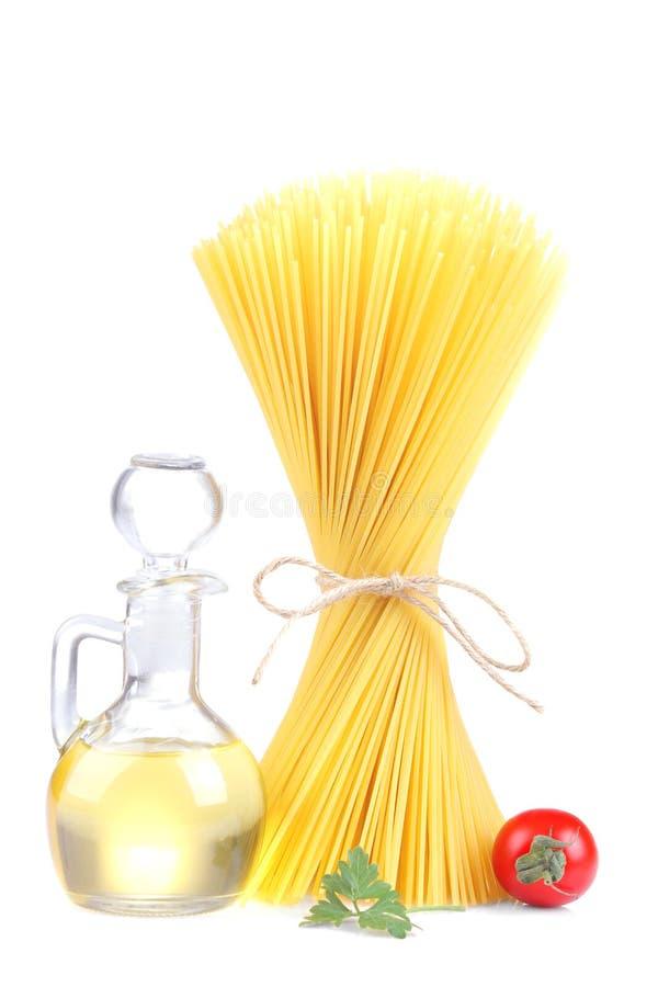 Espaguetes com tomates e azeite de cereja Isolado imagem de stock
