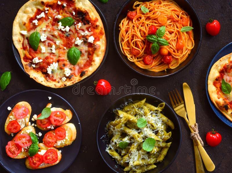 Espaguetes da bandeja-arrabiata, olio do aglio da massa de Alfredo, bruschetta e pizza italianos do margarita imagem de stock