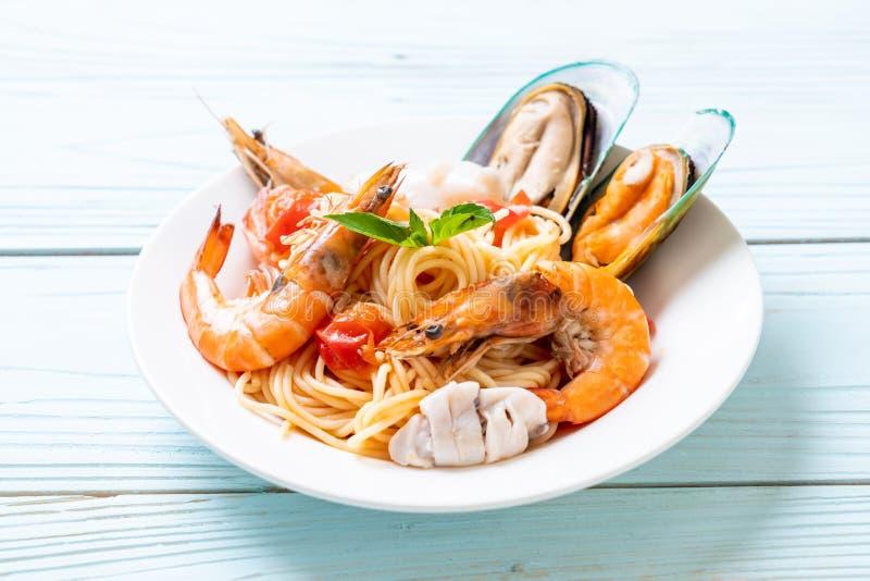 Espaguetes da massa do marisco com moluscos, camarões, Squis, mexilhão e tomates fotos de stock