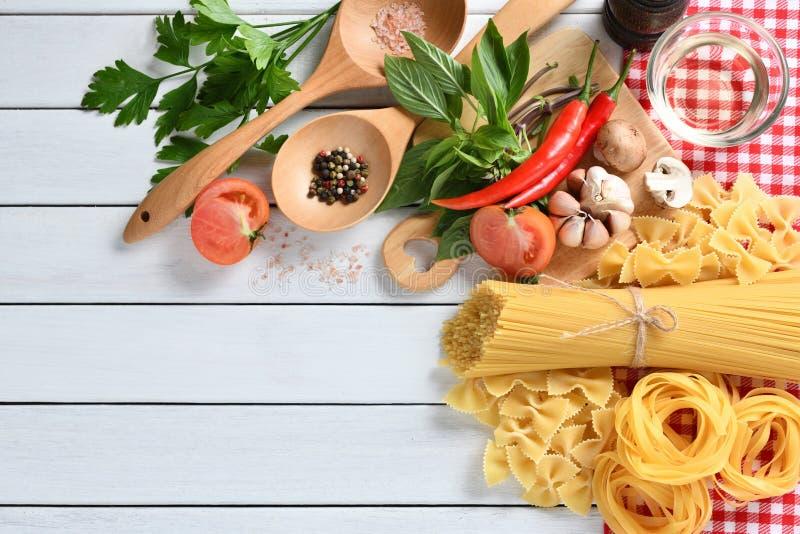 Espaguetes da massa, farfalle, linguine com vegetais imagem de stock