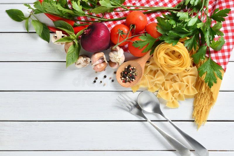 Espaguetes da massa, farfalle, linguine com vegetais foto de stock royalty free
