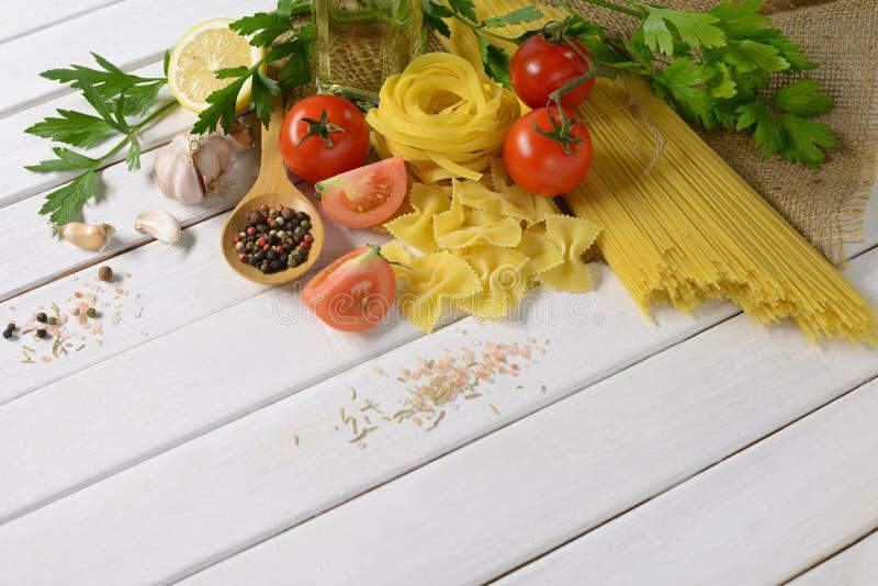 Espaguetes da massa, farfalle, linguine com vegetais fotos de stock royalty free