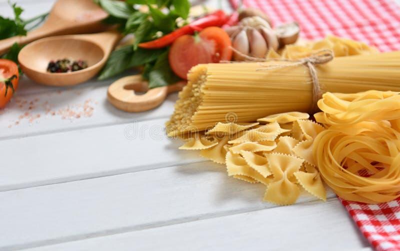 Espaguetes da massa, farfalle, linguine com vegetais foto de stock