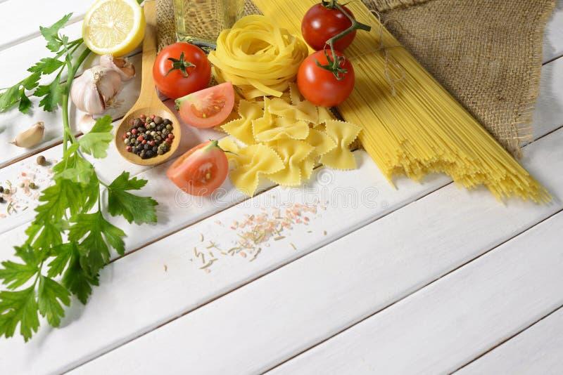 Espaguetes da massa, farfalle, linguine com vegetais fotografia de stock