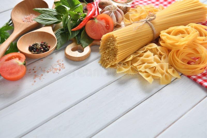 Espaguetes da massa, farfalle, linguine com vegetais imagens de stock