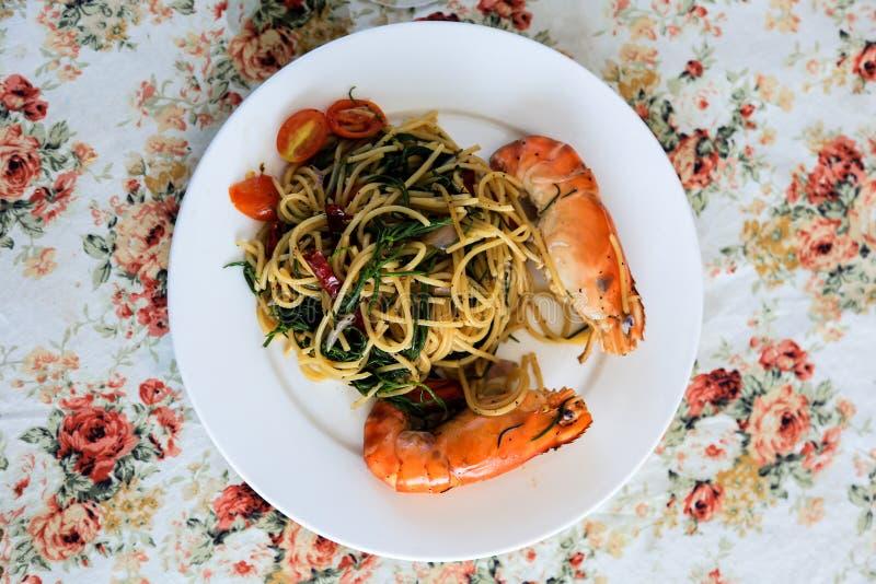 Espaguetes da pimenta com camarão fotografia de stock royalty free