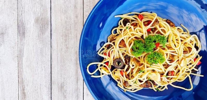 Espaguetes da vista superior com moluscos e massa do cogumelo salsa cortadas ou italianas do marisco e no alimento superior fotos de stock