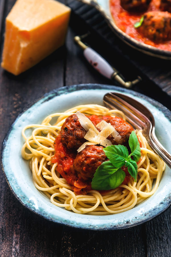 Espaguetes de Itallian e almôndegas e parmegano para o jantar, alimento do conforto, vista próxima foto de stock