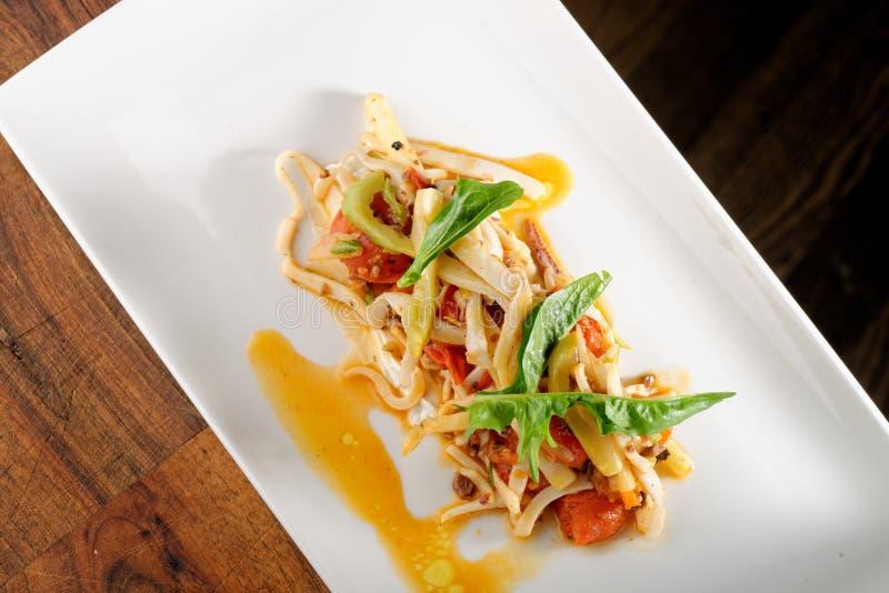 Espaguetes do marisco com calamar imagens de stock
