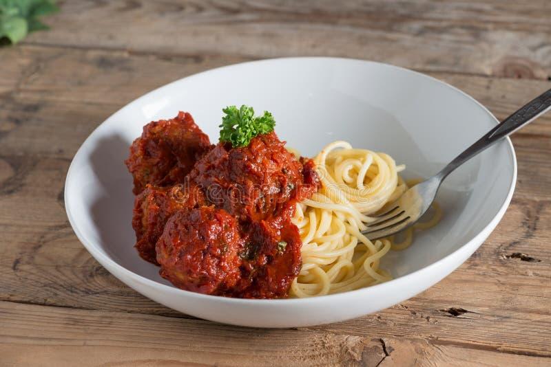 Espaguetes e almôndegas na placa branca imagem de stock royalty free