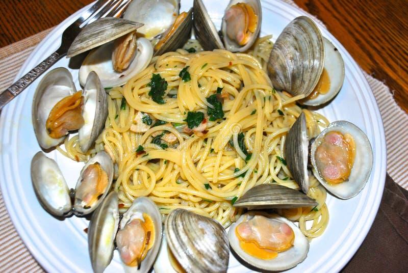 Espaguetes e moluscos imagem de stock