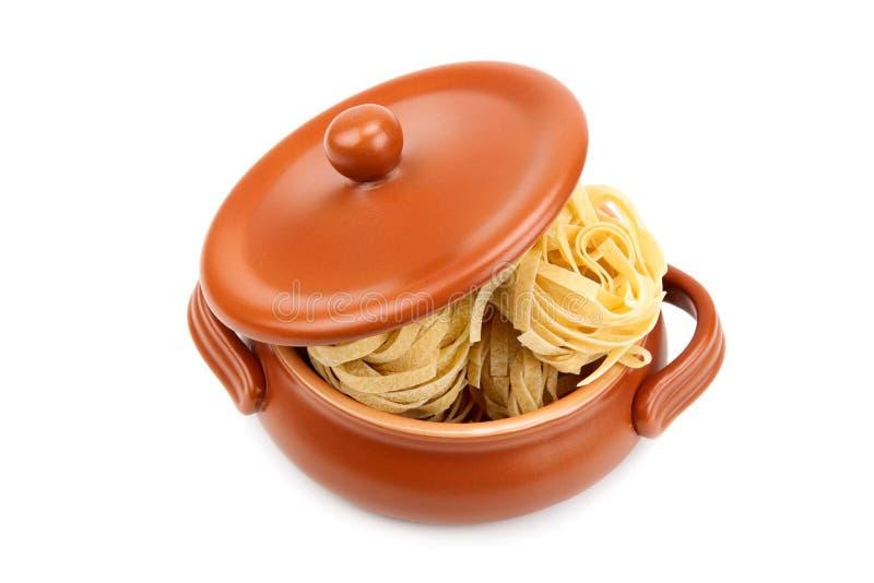 Espaguetes em um potenciômetro de argila imagem de stock royalty free