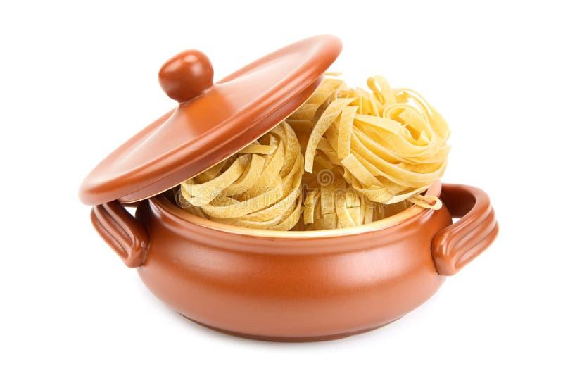 Espaguetes em um potenciômetro de argila imagem de stock