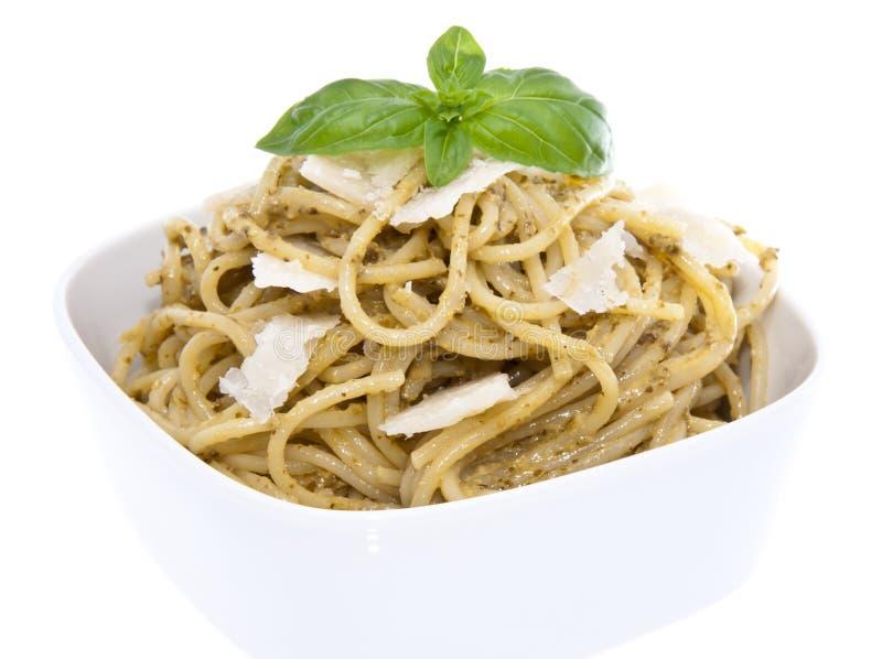 Espaguetes em uma bacia - isolada no branco imagens de stock