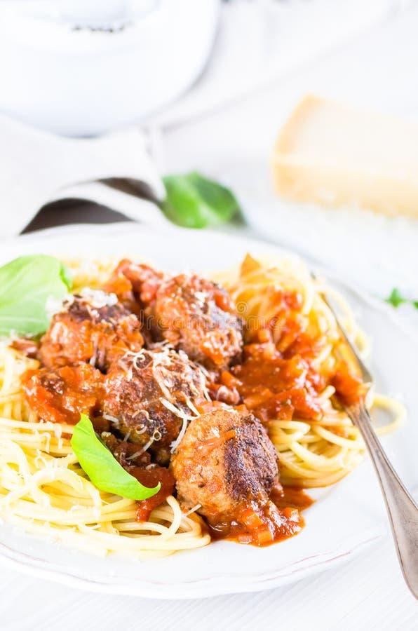 Espaguetes entusiastas com as almôndegas no molho de tomate imagens de stock