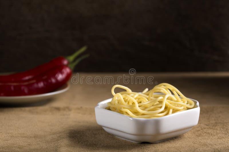 Espaguetes fervidos na bacia fotografia de stock