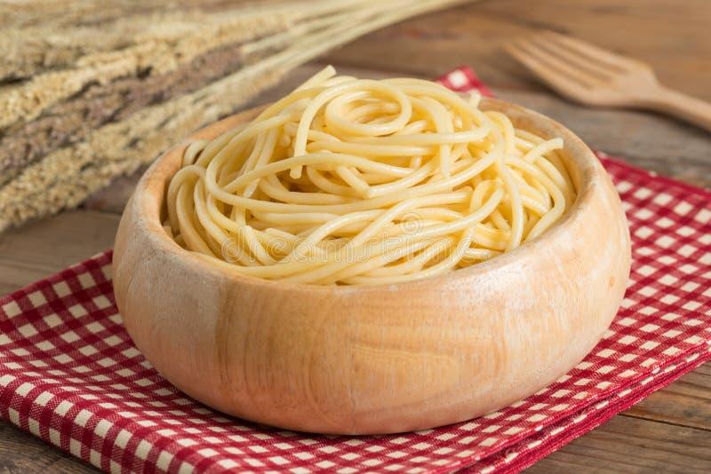 Espaguetes fervidos na bacia de madeira fotografia de stock