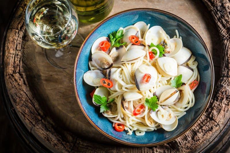 Espaguetes frescos Vongole com moluscos, salsa e pimentas imagem de stock royalty free