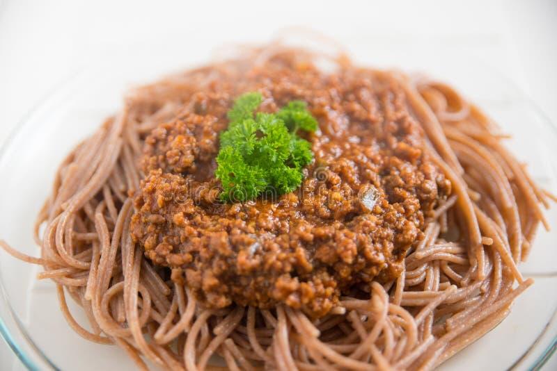 Espaguetes inteiros Bolonhês da grão fotografia de stock royalty free