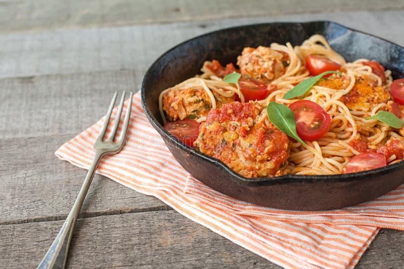 Espaguetes italianos com almôndegas foto de stock