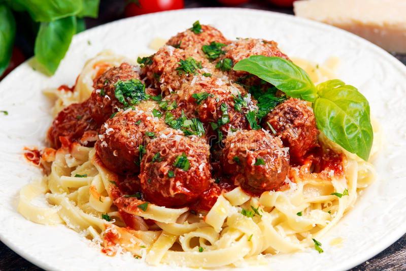 Espaguetes italianos da massa com as almôndegas no molho de tomate imagens de stock