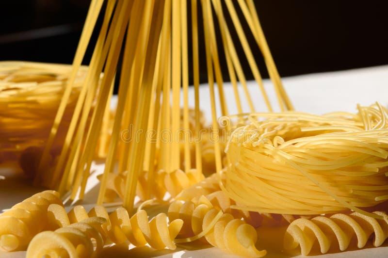 Download Espaguetes, Massa Do Ninho, Fusilli Na Luz Do Sol Na Tabela Branca Imagem de Stock - Imagem de noodles, refeição: 80100445
