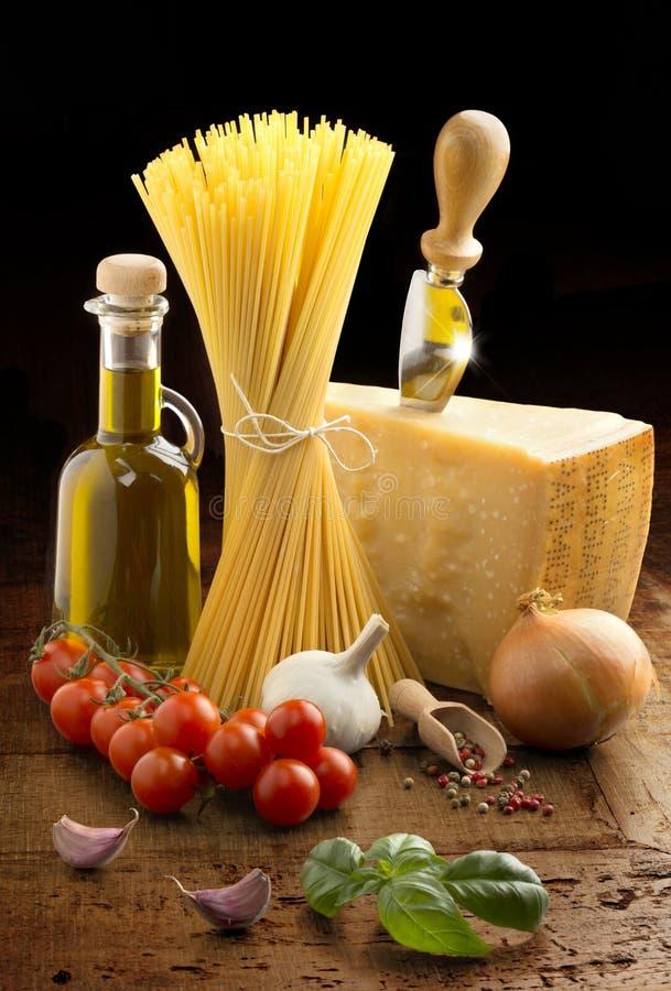 Espaguetes, Parmesão e vegetais foto de stock