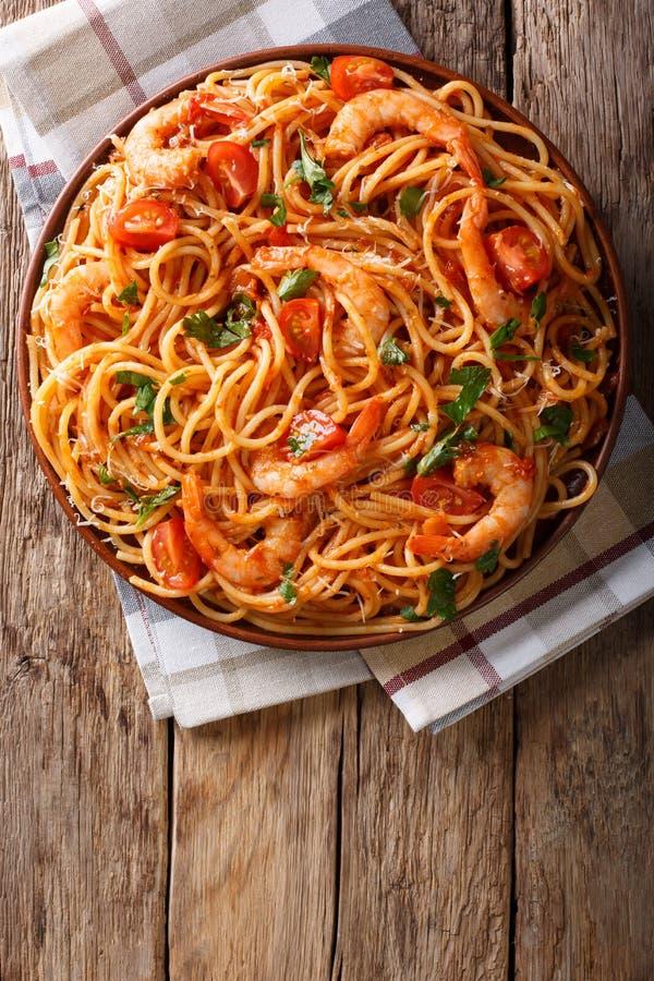 Espaguetes picantes com camarões no close-up do molho de tomate vertical fotos de stock