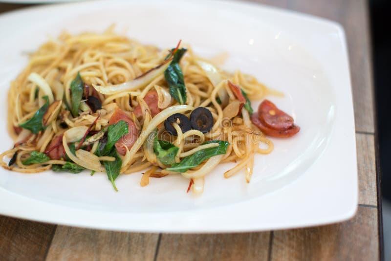 Espaguetes picantes com molhos e o ingrediente tailandês foto de stock royalty free