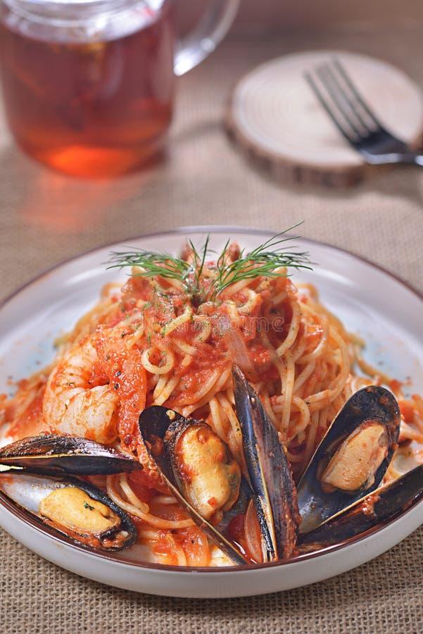 Espaguetes picantes do camarão de mexilhão foto de stock royalty free