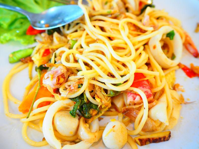 Espaguetes picantes tailandeses do marisco foto de stock
