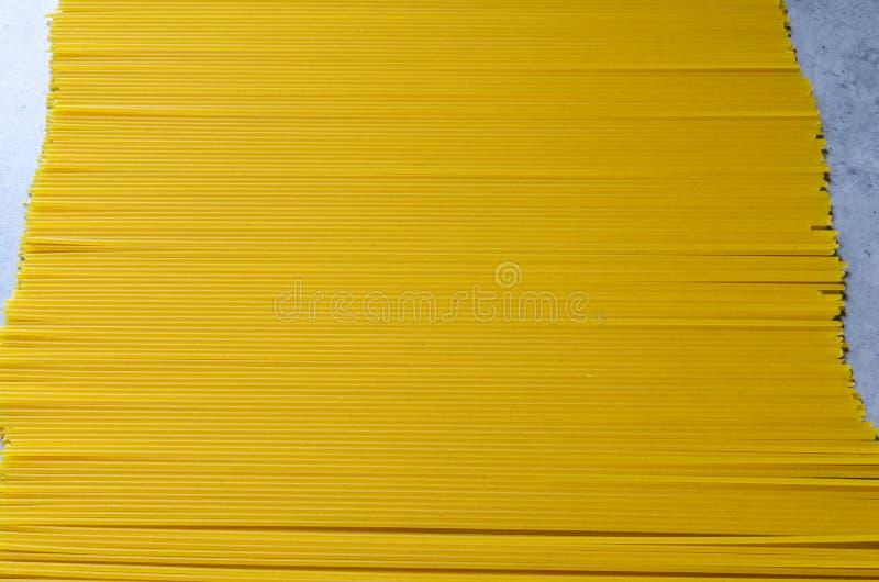 Espaguetes que encontram-se no tampo da mesa, o conceito do alimento saboroso e saud?vel Massa italiana imagens de stock