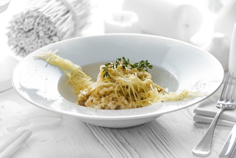 Espaguetes saborosos com queijo em uma placa fotos de stock royalty free