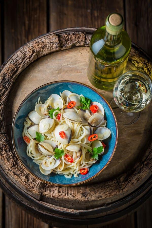 Espaguetes saborosos frescos Vongole da American National Standard com vinho branco foto de stock