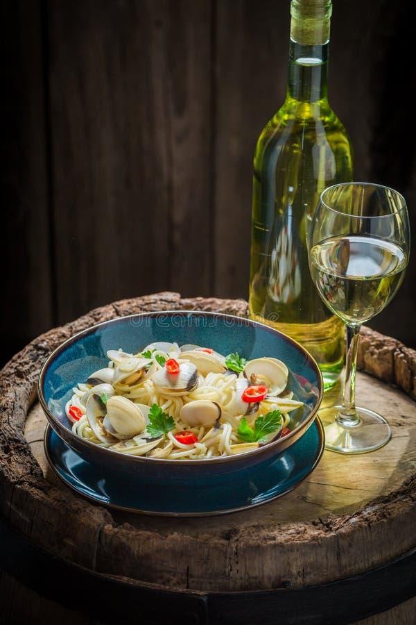 Espaguetes saborosos Vongole servido com vinho branco fotos de stock