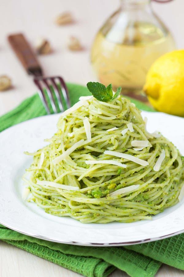 Espaguetes verdes italianos com as ervilhas verdes do pesto, hortelã da massa imagem de stock royalty free