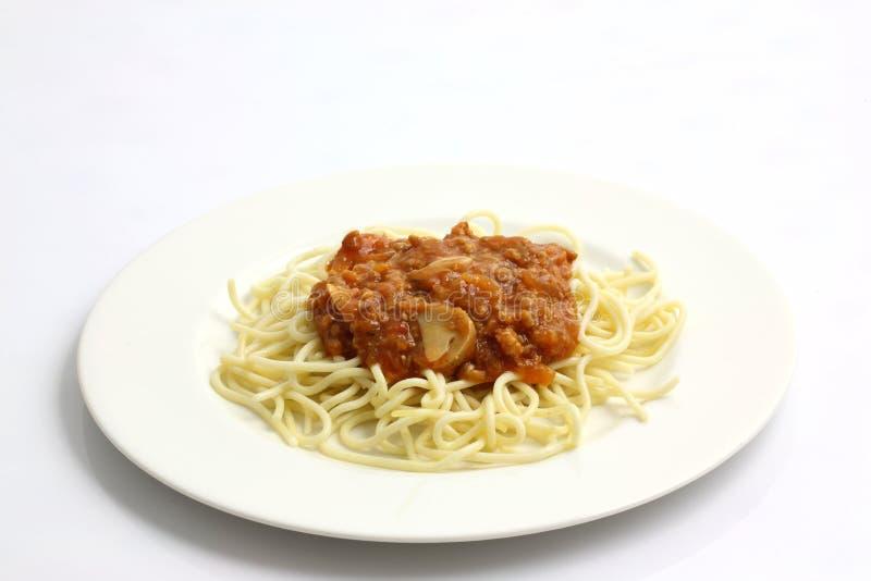 Espagueti boloñés aislado en el fondo blanco fotografía de archivo