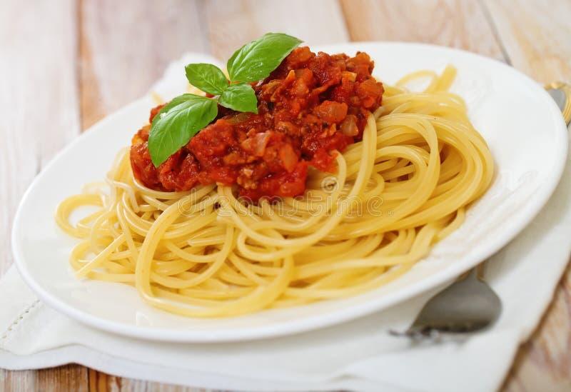 Espagueti boloñés en la placa blanca imagen de archivo