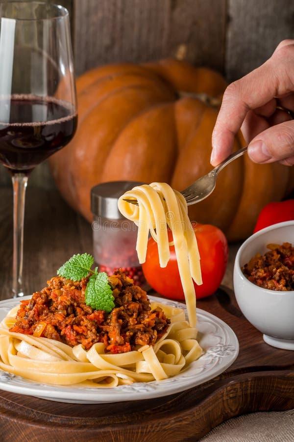 Espagueti boloñés en la placa blanca foto de archivo