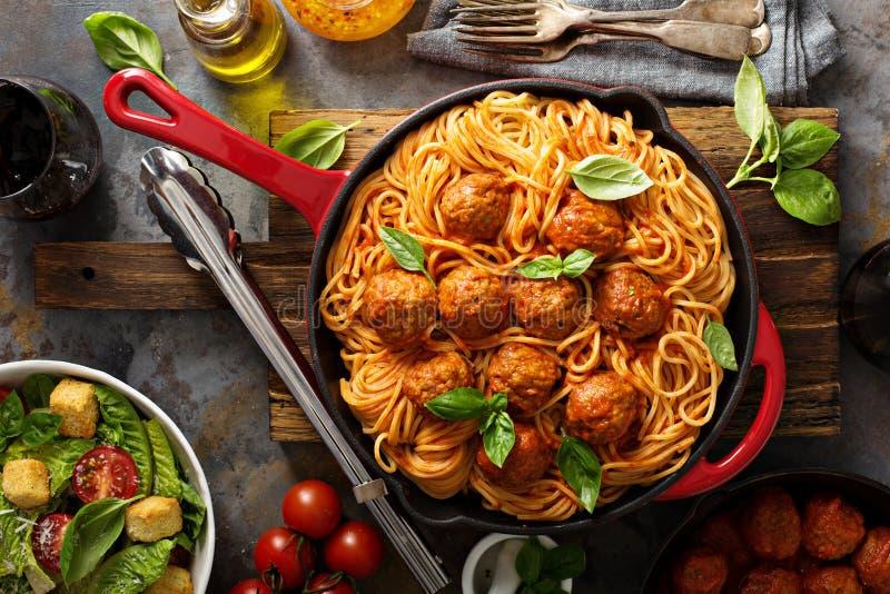 Espagueti con la salsa y las albóndigas de tomate