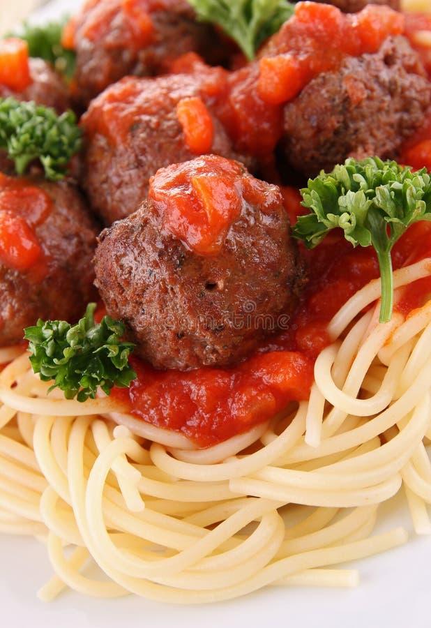 Espagueti, salsa de tomate y bolas de carne imagenes de archivo